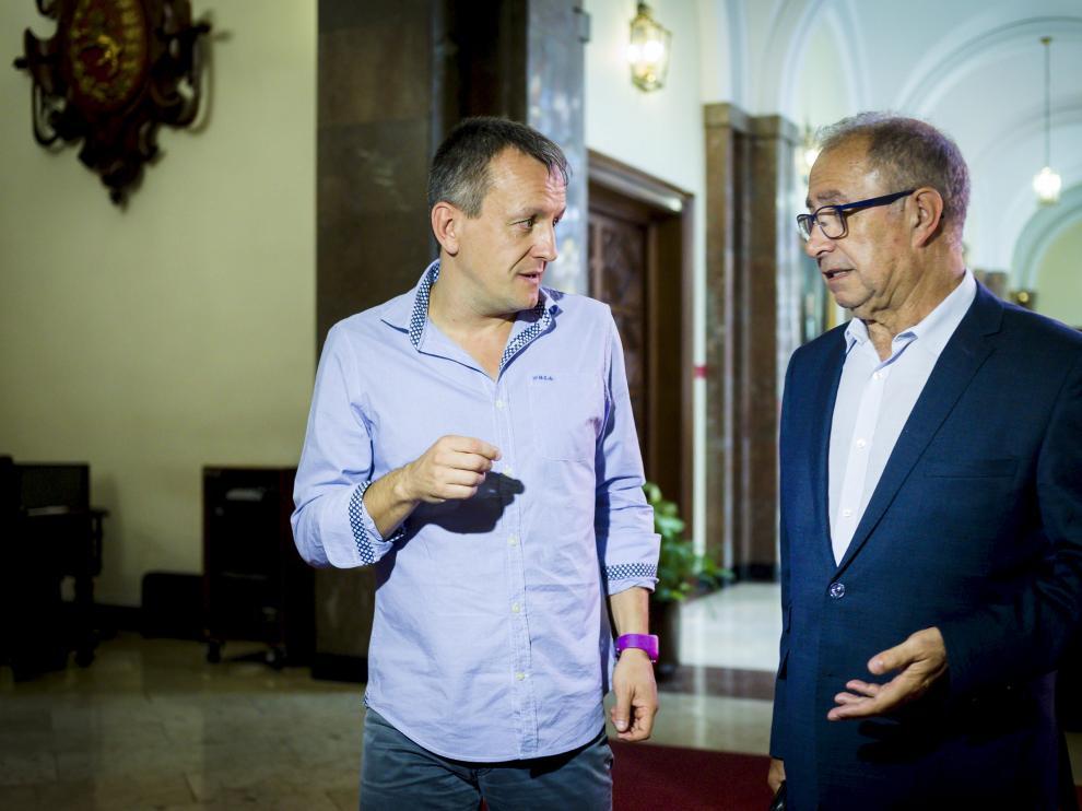 El concejal Rivarés, con el consejero Gimeno en la comisión de deudas.