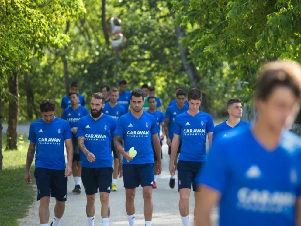 Los jugadores del Real Zaragoza, camino del campo de fútbol de Boltaña junto al río Ara.