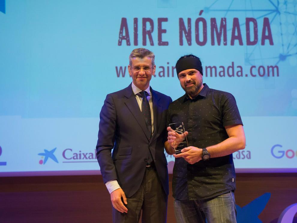 Jesús José Obón recibe el premio de manos de Mikel Iturbe, director de Heraldo de Aragón.