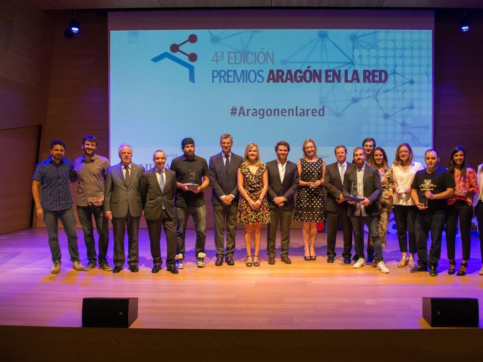 Foto de 'familia' de todos los premiados con las autoridades que entregaron los galardones
