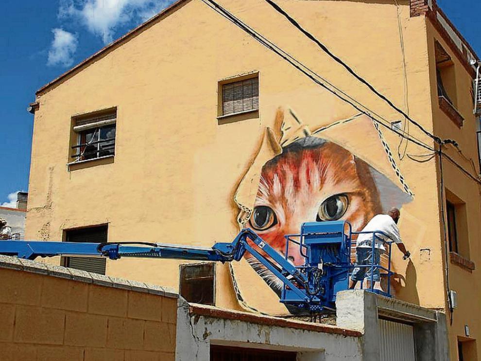 El artista salmantino Nego, durante la creación de su obra, que resultó finalista en el concurso.