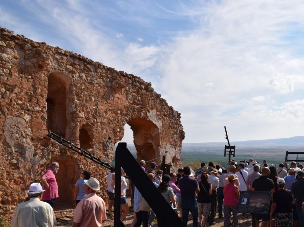 Visita a la exposición de réplicas de máquinas de asedio en los restos del castillo de Alfambra.