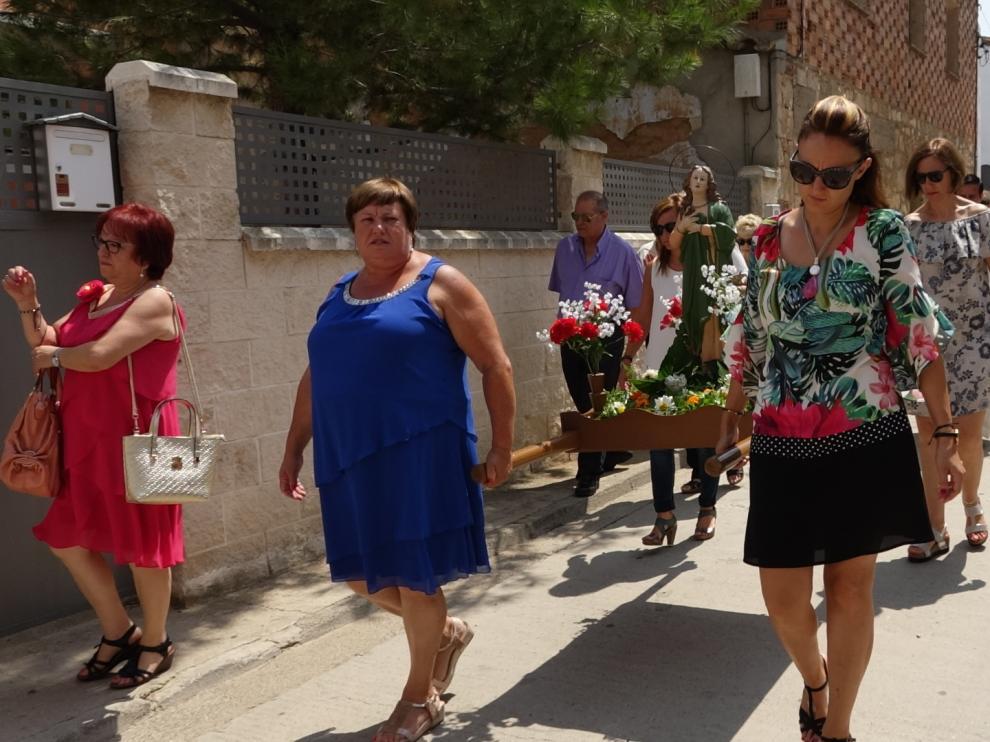 Numerosos vecinos han participado en la procesión.