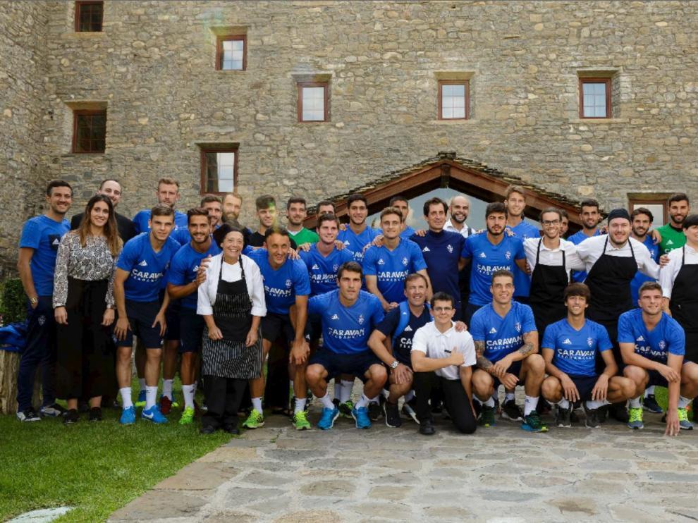 La expedición del Real Zaragoza posa con varios de los empleados del turno de tarde del Hotel Barceló Monasterio de Boltaña, antes de regresar a casa este viernes.
