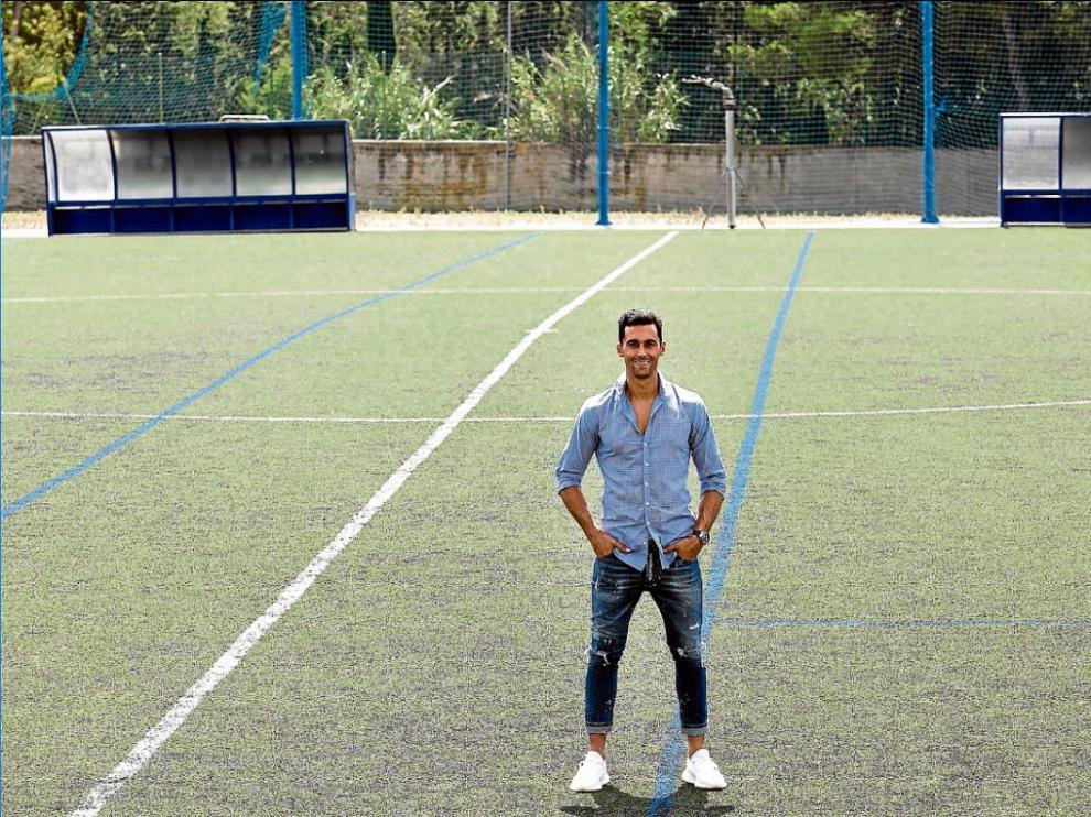 Álvaro Arbeloa posa en uno de los campos del Colegio del Salvador, que en sus tiempos era de tierra.