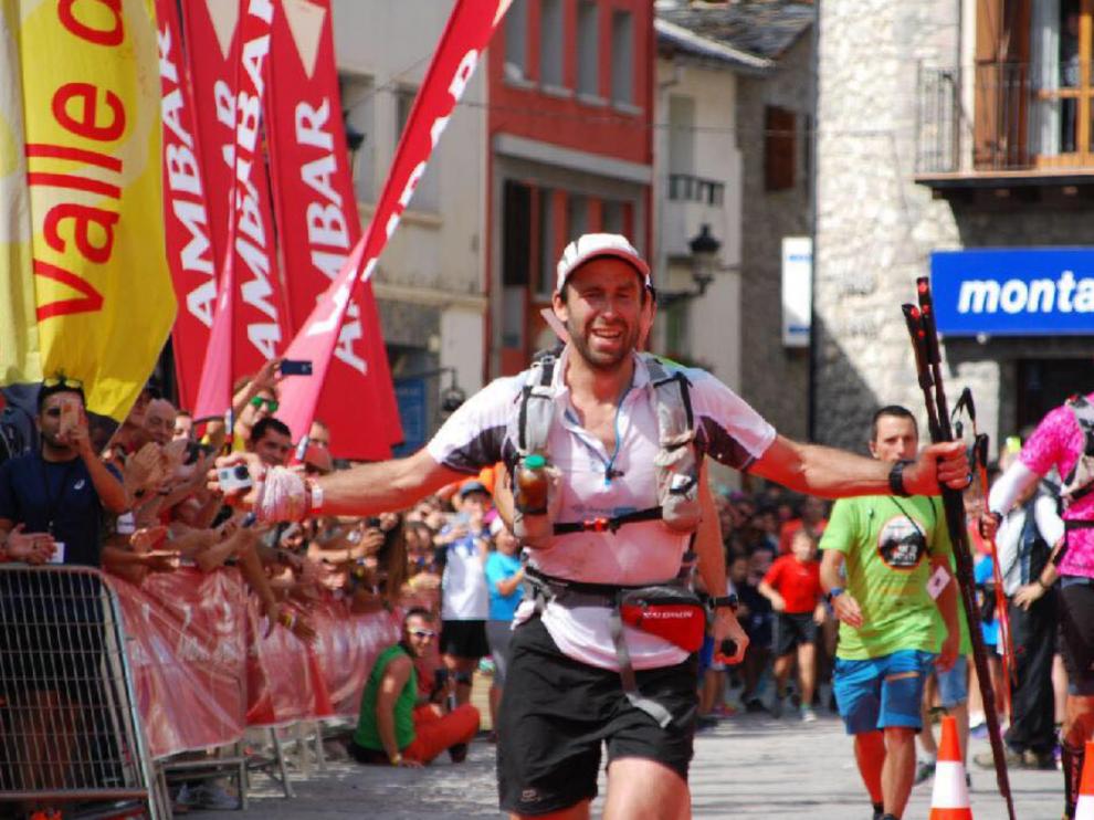 Frederic Laureau entrando a la meta tras un esfuerzo titánico.