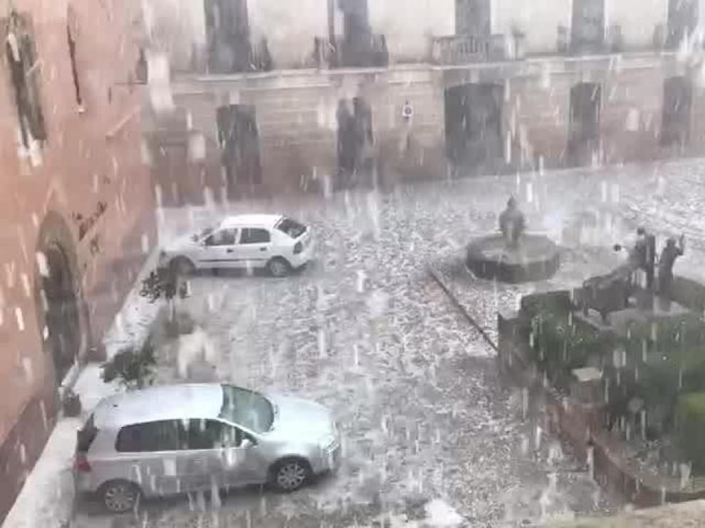 Una fuerte granizada sacudió este julio la plaza de Rubielos de Mora.