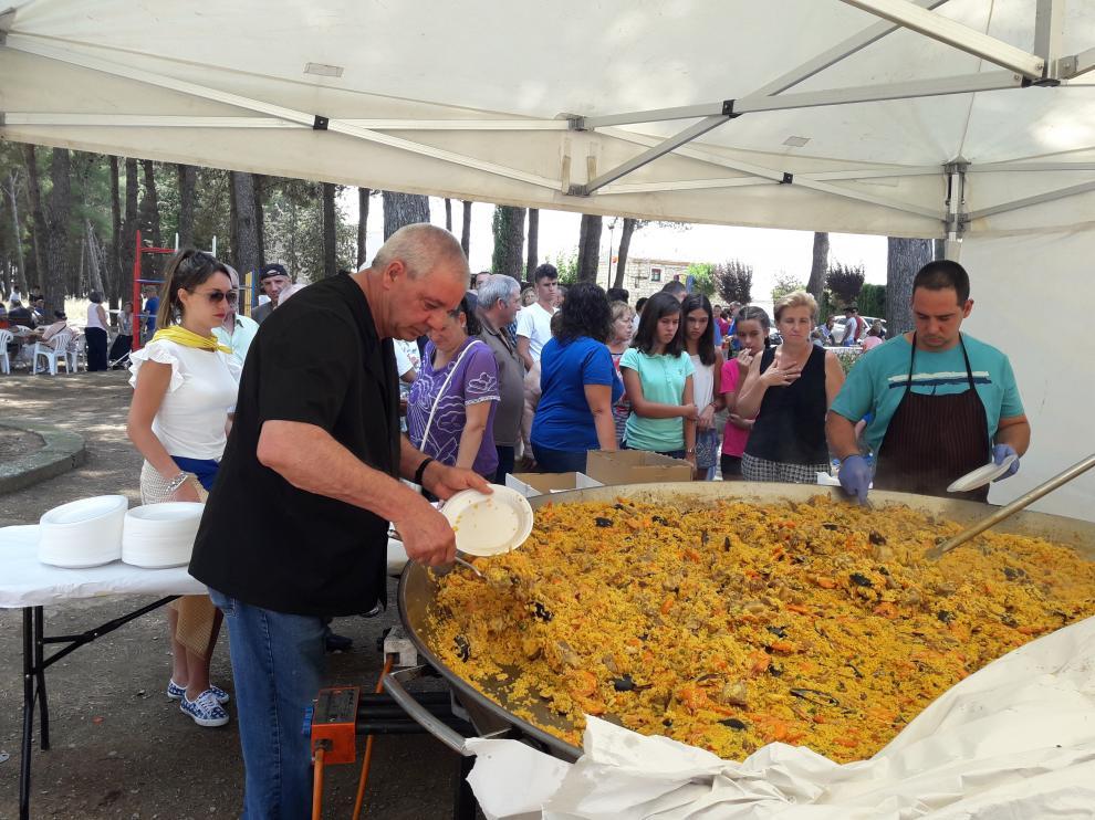 La comida popular tuvo lugar ayer en el parque del pueblo.