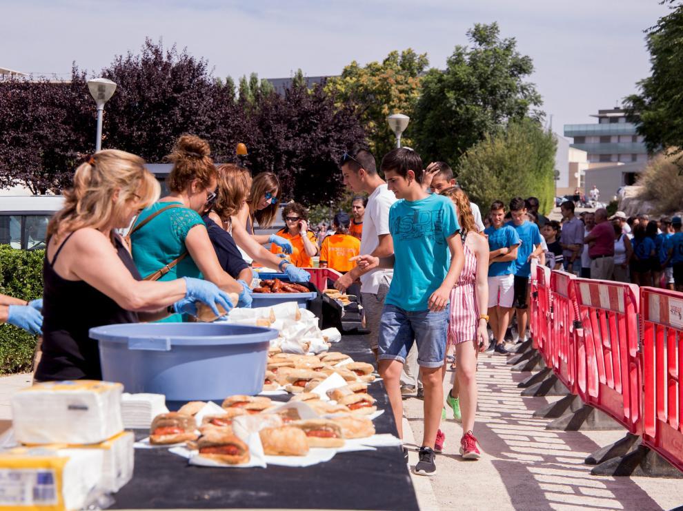 Cuatro mil bocadillos de longaniza, chorizo y lomo adobado se repartieron ayer en el parque municipal.