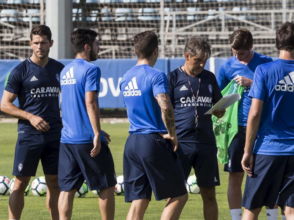 Natxo González, junto a varios futbolistas y al preparador físico Javier Chocarro, durante una sesión de entrenamiento.