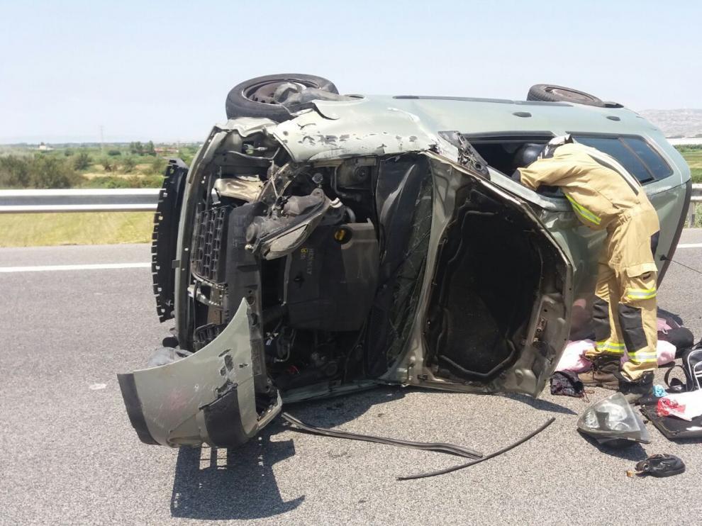 Accidente en la AP-68 en Alagón, donde tres personas han resultado heridas.