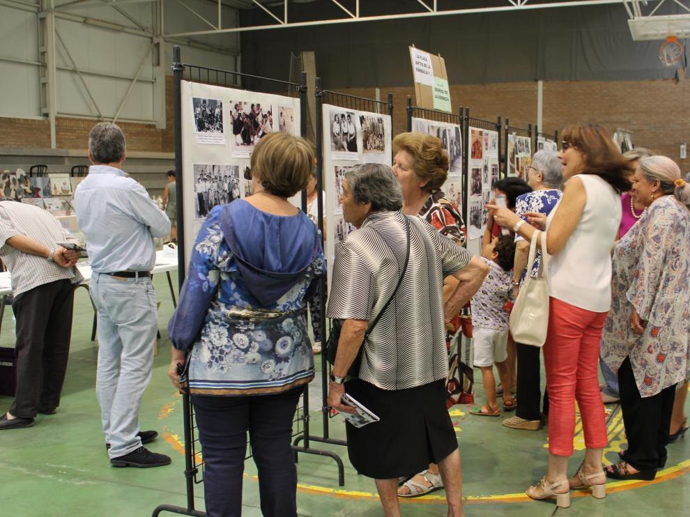Muchos vecinos han disfrutado con la exposición fotográfica sobre la plaza.