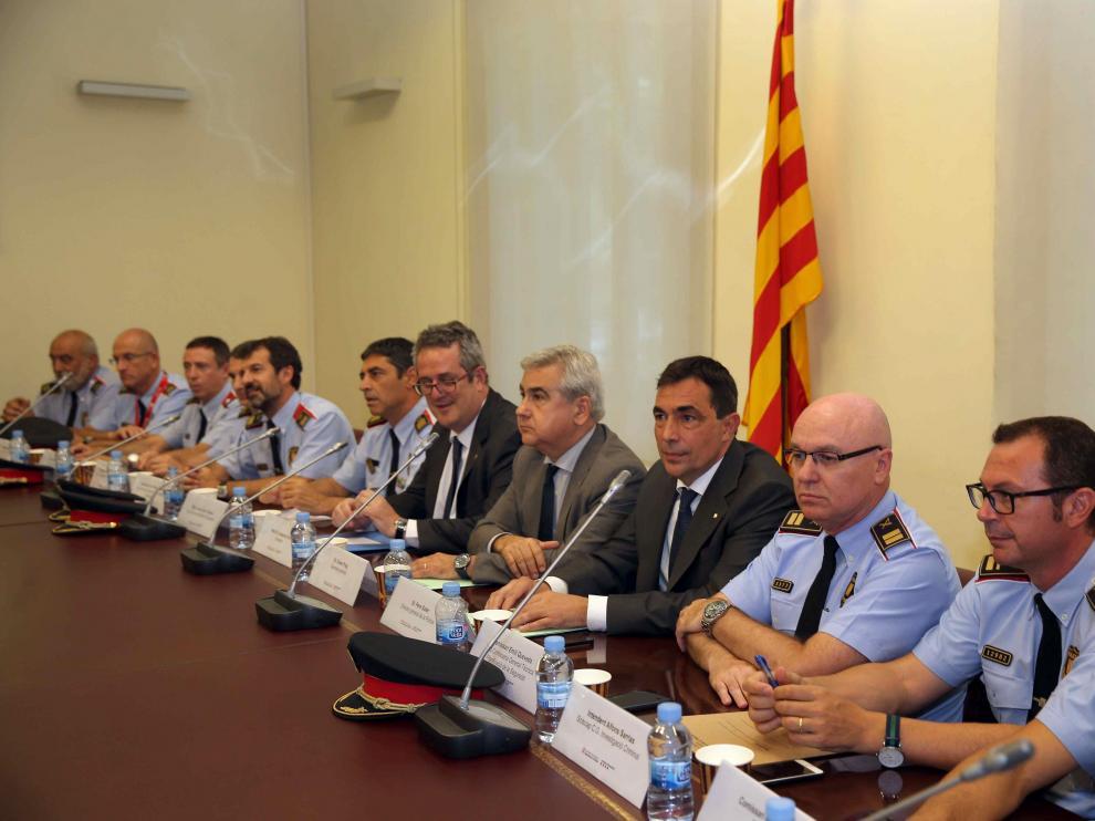 El conseller de Interior, Joaquim Forn (6d), el secretario general de la conselleria de Interior, César Puig (5d) y el director de los Mossos d'Esquadra, Pere Soler (4d), junto a mandos de los Mossos d¿Esquadra, durante la primera reunión mantenida esta tarde en Barcelona con la cúpula de la policía catalana.