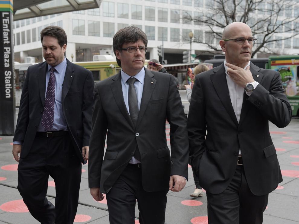 El presidente de la Generalitat de Catalunya, Carles Puigdemont, junto al Consejero Ministro Exterior de Catalunya, Raul Romeva durante su visita a Washington