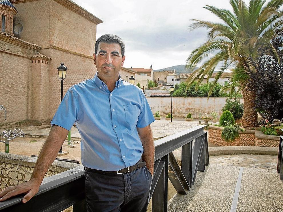El alcalde, Óscar Lorente, en un rincón de la localidad de Cosuenda, en el Campo de Cariñena.