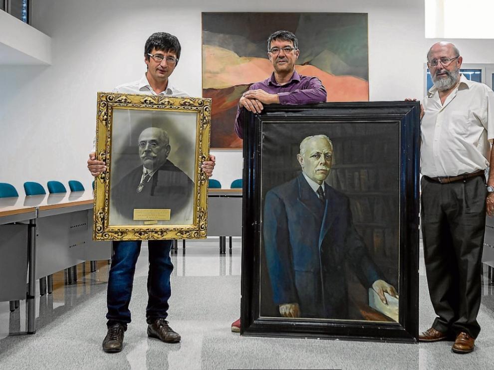 Los profesores Pedro Miana, Julio Bernúes y Manuel Alfaro, con la foto de García Galdeano y el retrato de González-Salazar.