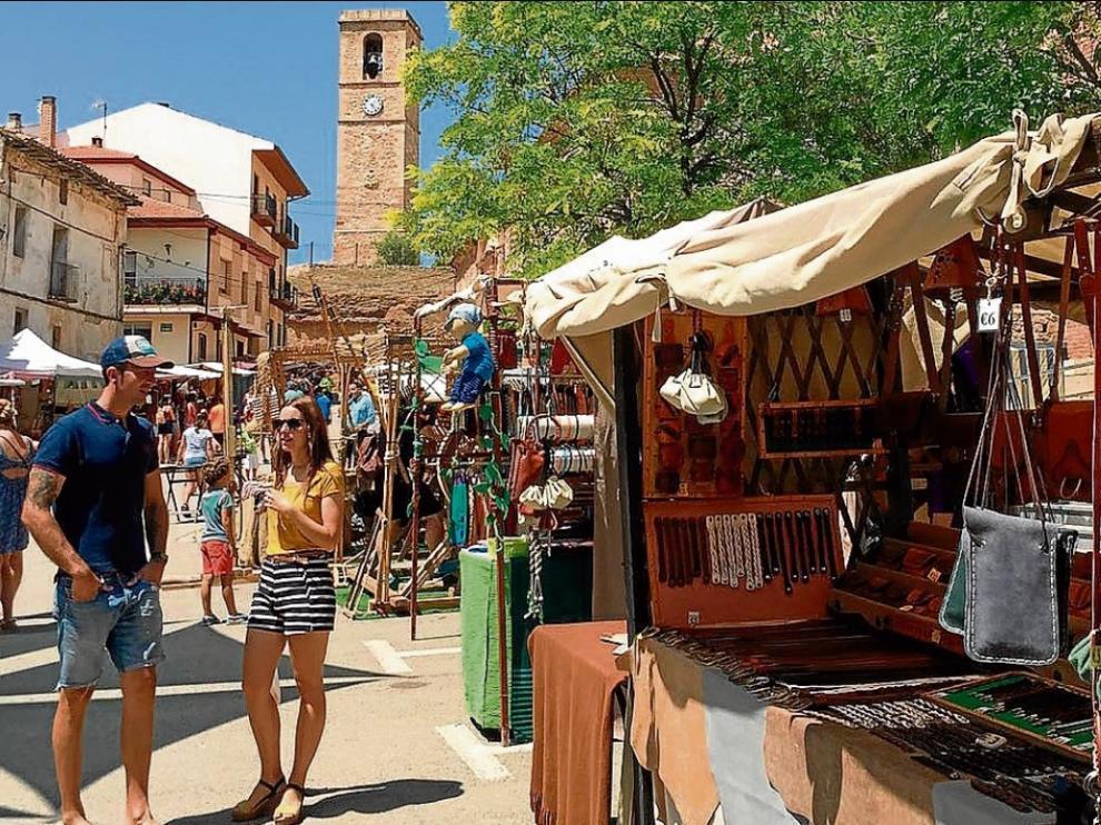 El buen tiempo favoreció la afluencia de público a la feria de artesanía de Monreal del Campo.