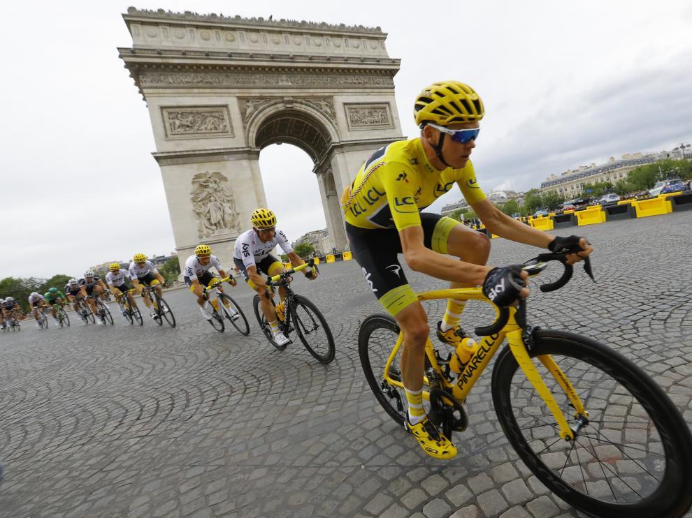 Froome, en la meta de los Campos Elíseos luciendo por tercera vez consecutiva el maillot amarillo de campeón.