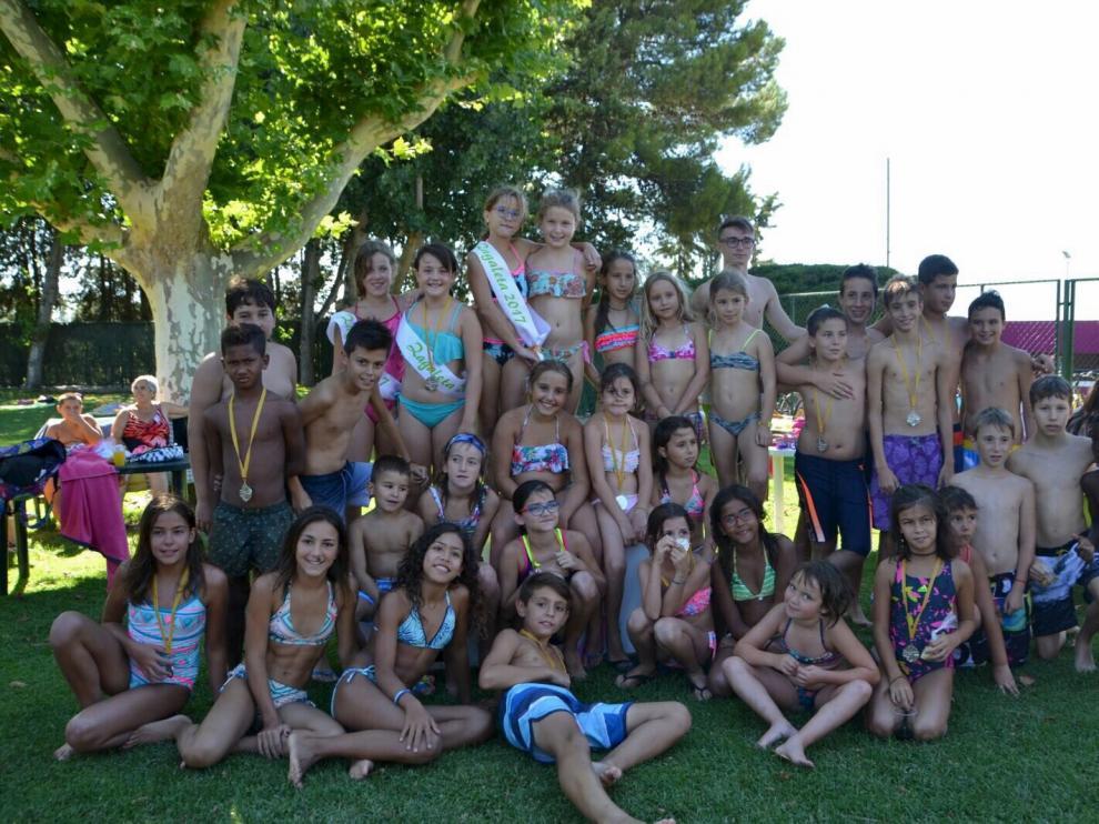 Decenas de niños participaron en el concurso de natación que se celebró en las piscinas