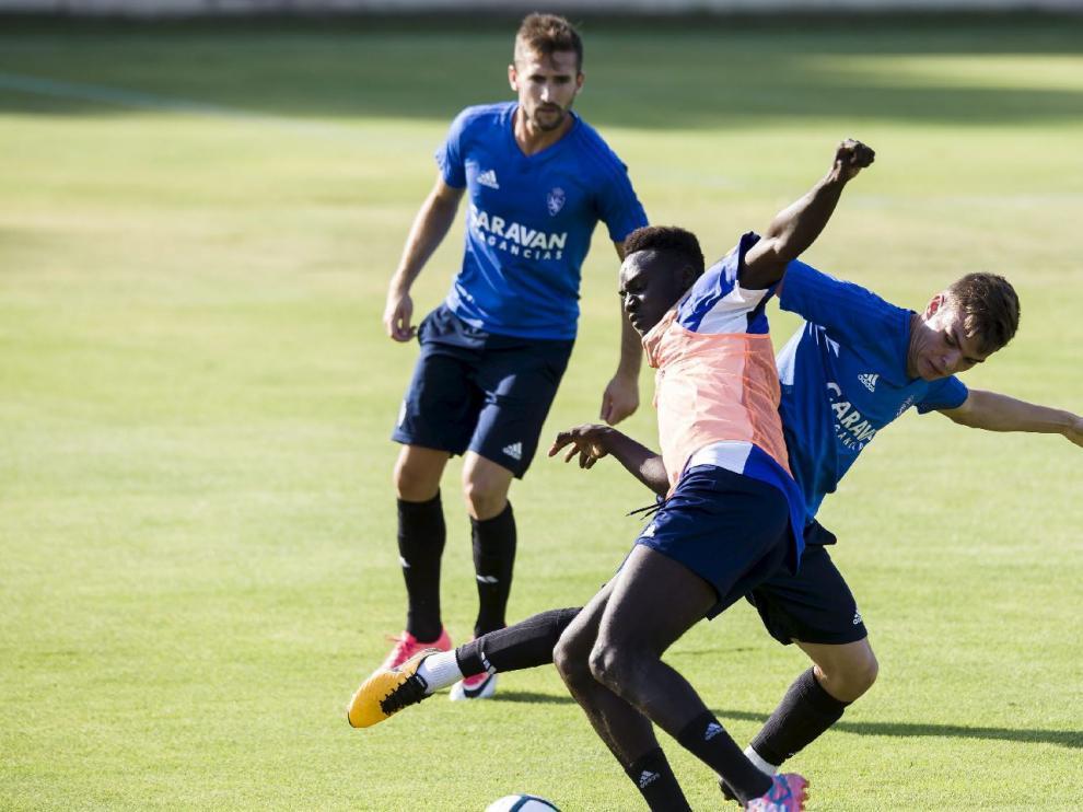 Un lance del partido de entrenamiento que disputó el RZD Aragón este lunes contra el primer equipo del Real Zaragoza en la Ciudad Deportiva.