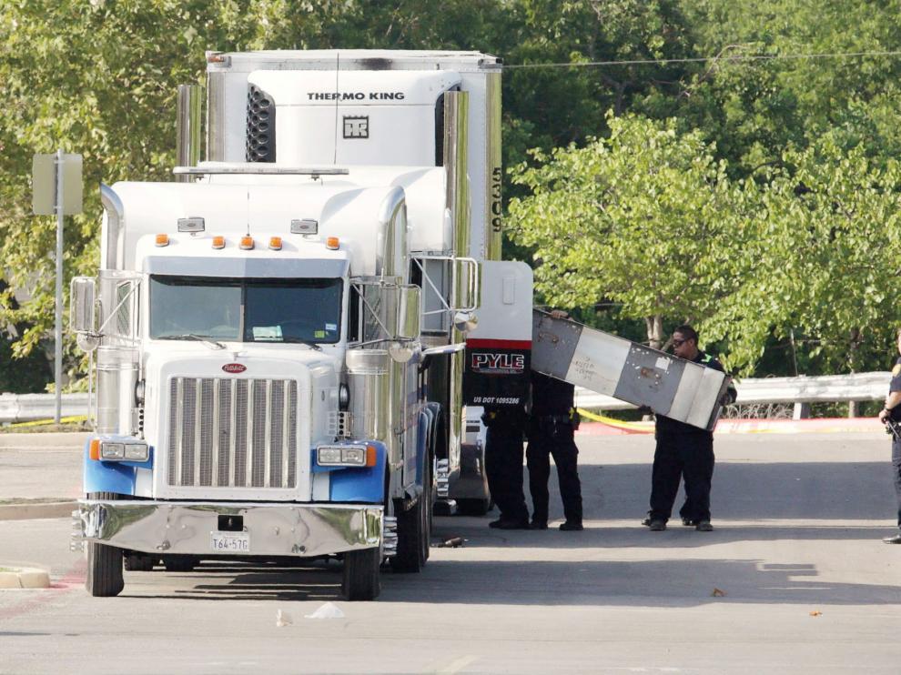 Los forenses examinan el camión donde fueron hallados ocho cuerpos sin vida.