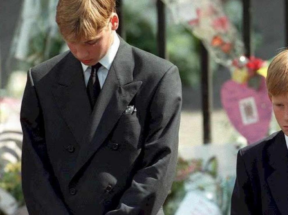 William y Harry caminan detrás del ataúd de su madre, durante los funerales de Lady Di, en Londres en 1997.