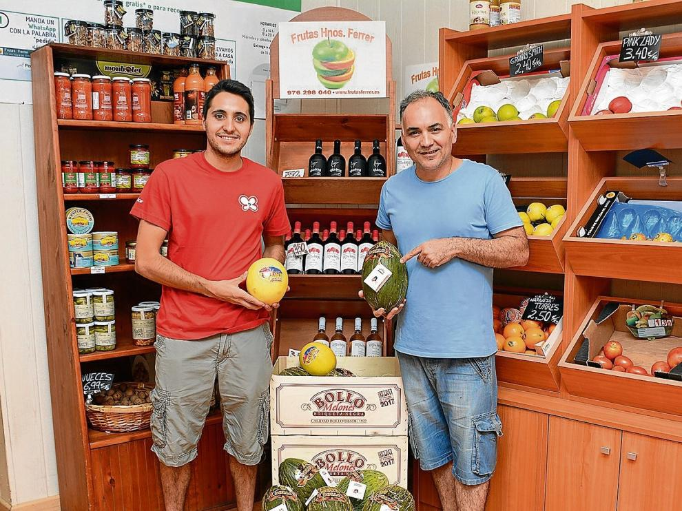 Javier Ferrer, a la derecha, propietario del establecimiento zaragozano Frutas Hermanos Ferrer, con Sergio Soteras, empleado.