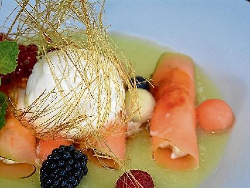Canelones de melón rellenos de mascarpone y frutos rojos.