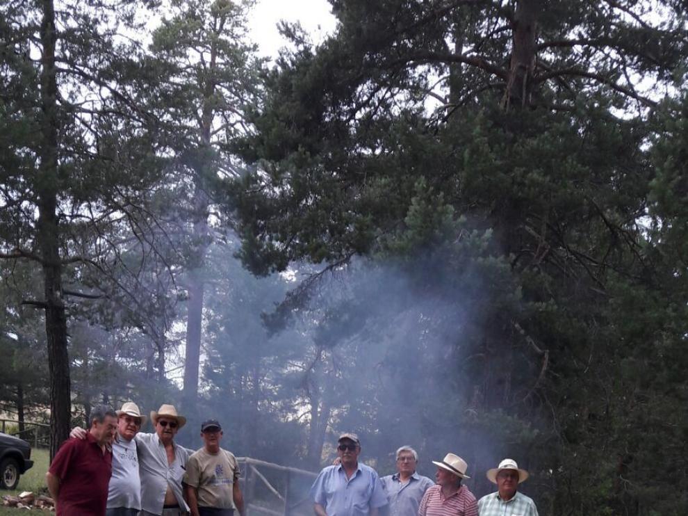 Un grupo de voluntarios prepara el suculento guiso.