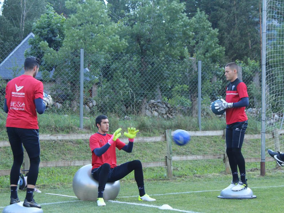 Ander Bardají (sentado en la pelota) y Álex Remiro (de pie), a la derecha.