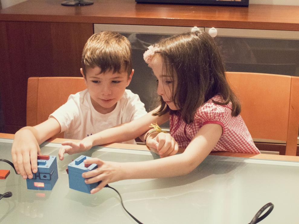 A Niños De Tres Que Enseña El AñosNoticias Juguete Programar q5RAjLc34