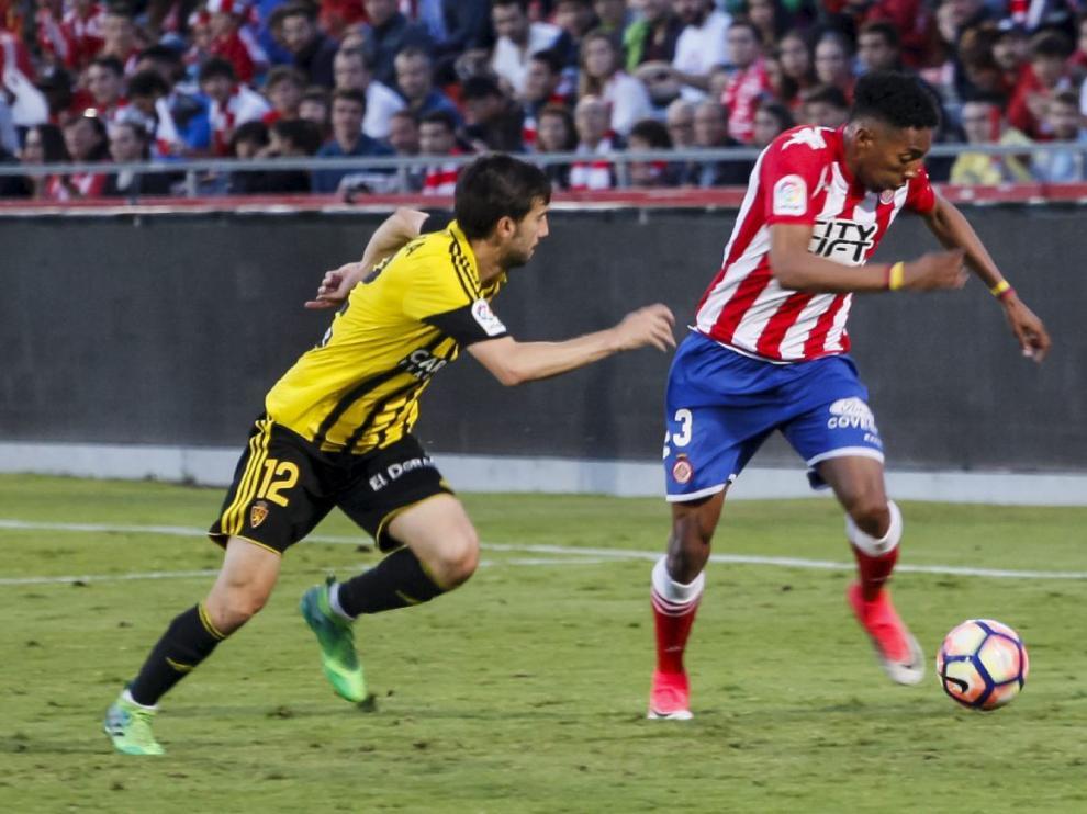 Manu Lanzarote presiona a Mojica en el partido Girona-Real Zaragoza del pasado mes de junio, en la penúltima jornada de liga. Fue la última vez que vistió la camiseta zaragocista.