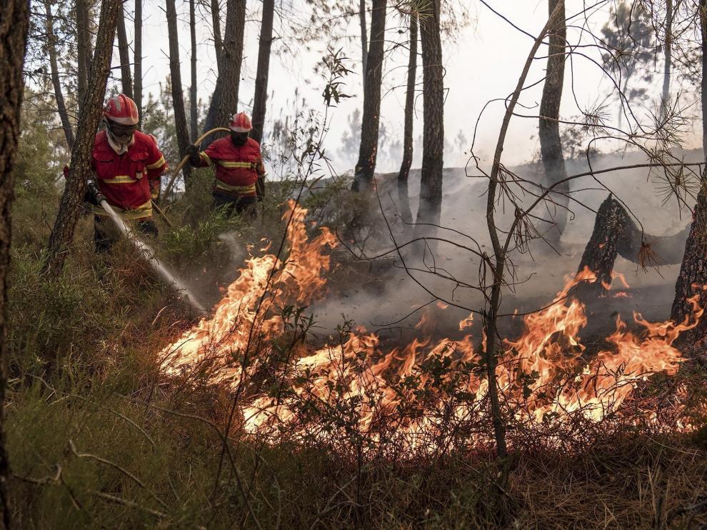 Los bomberos, trabajando en el incendio de Castelo Branco