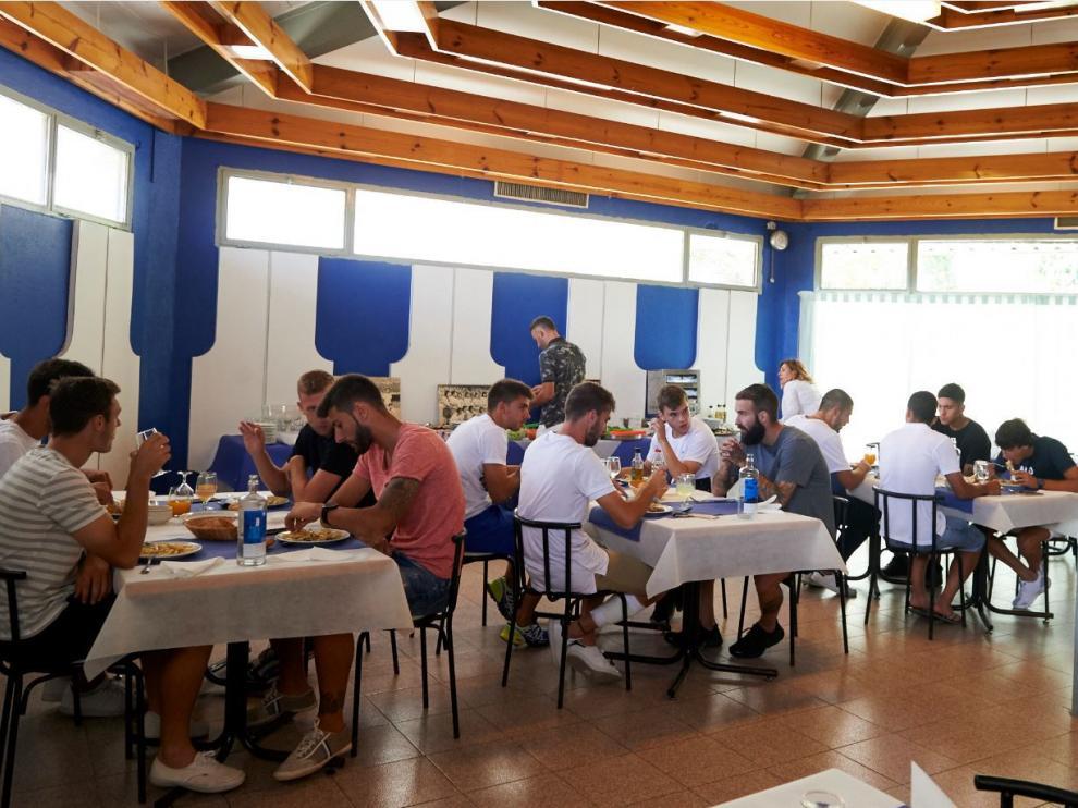 La plantilla del Real Zaragoza, este lunes en su comedor privado de la Ciudad Deportiva, en la primera comida todos juntos de la temporada, pauta que va a seguirse todos los días de entrenamiento a instancias de Natxo González, el nuevo técnico.