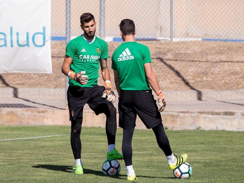 Ratón charla con Alcolea (de espaldas) durante el entrenamiento de este lunes en la Ciudad Deportiva.