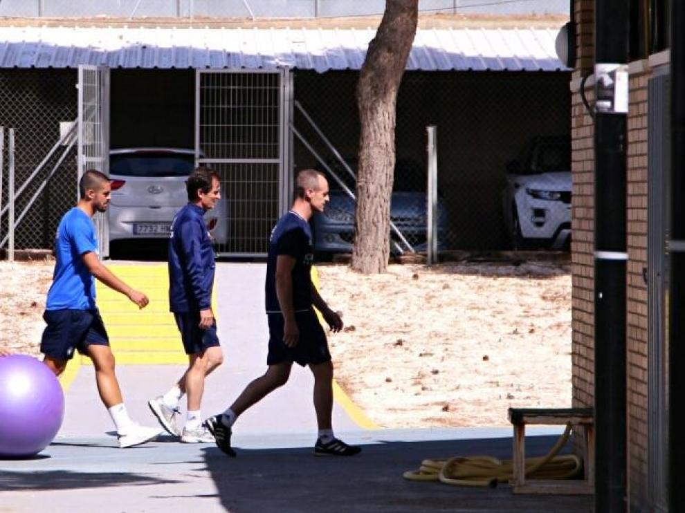 Verdasca, tras el fisio Míchel Román y el médico, Honorio Martínez, se marcha del entrenamiento camino del gimnasio de la Ciudad Deportiva en la mañana de este lunes.