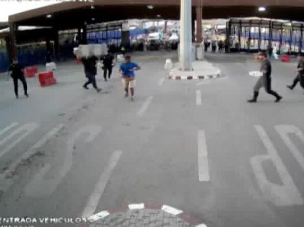 Un hombre armado con un cuchillo hiere a un policía en la frontera de Melilla.