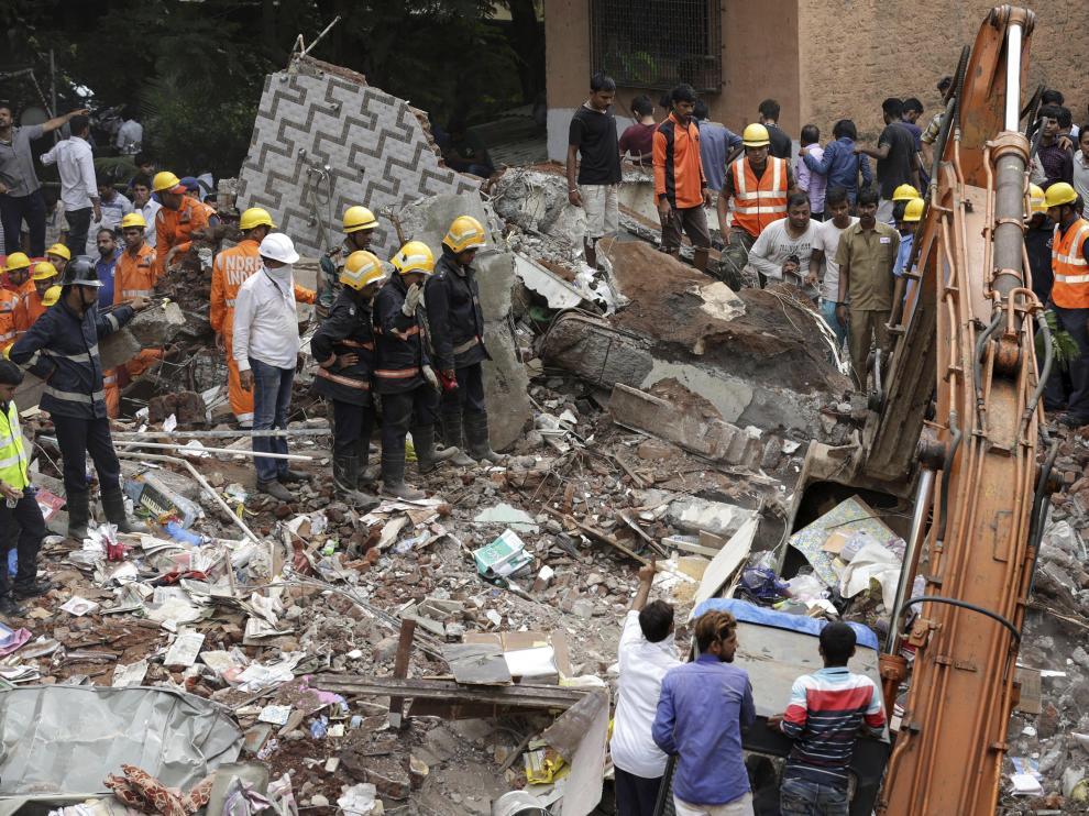 El derrumbe de un edificio en Bombay deja ocho muertos y decenas de personas atrapadas.