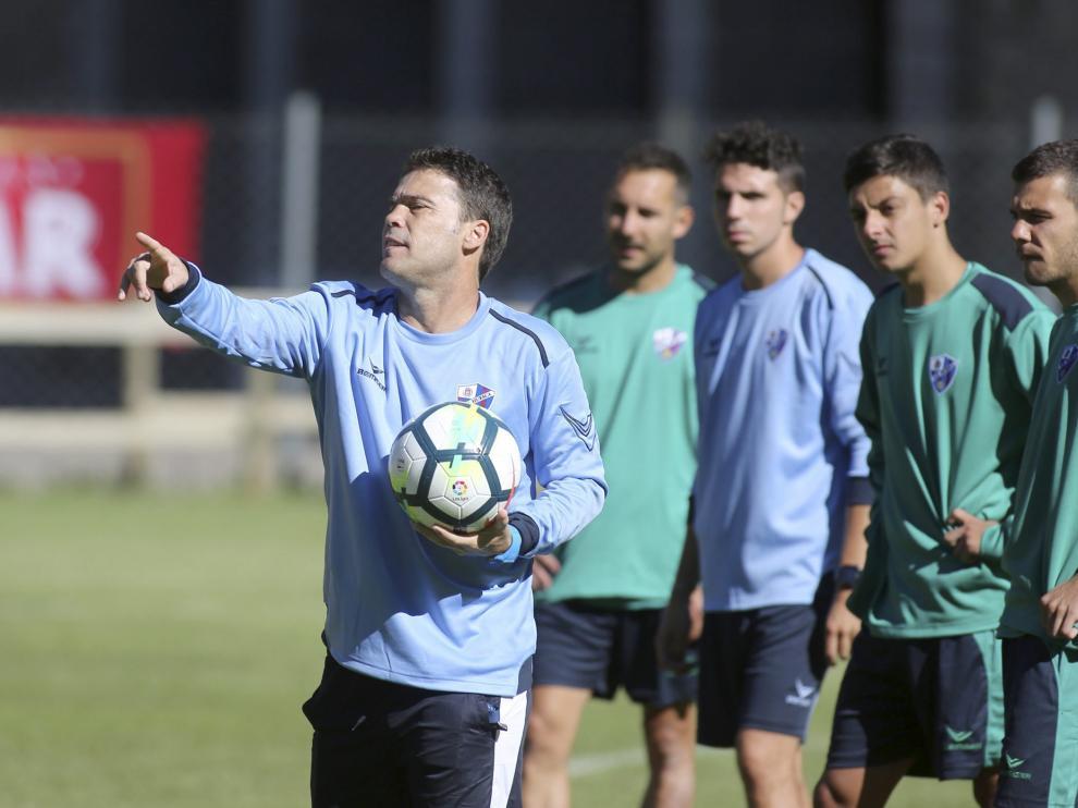 Joan Francesc Ferrer 'Rubi' realiza indicaciones a sus jugadores durante el entrenamiento matinal de ayer en Benasque .