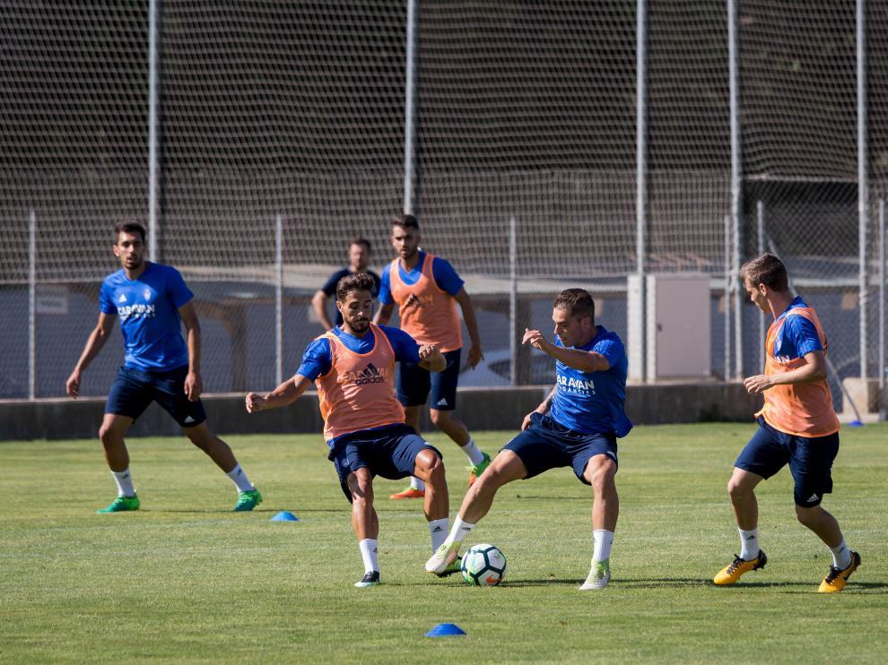 Javi Ros y Jorge Pombo, ante la mirada de Aleix Febas, pugnan por un balón durante el entrenamiento matinal del lunes en la Ciudad Deportiva.
