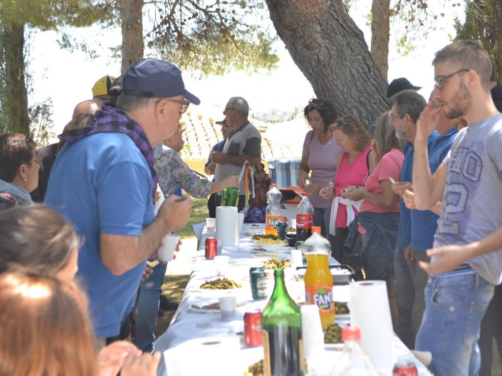 Varios asistentes durante el vermú previo a la comida.