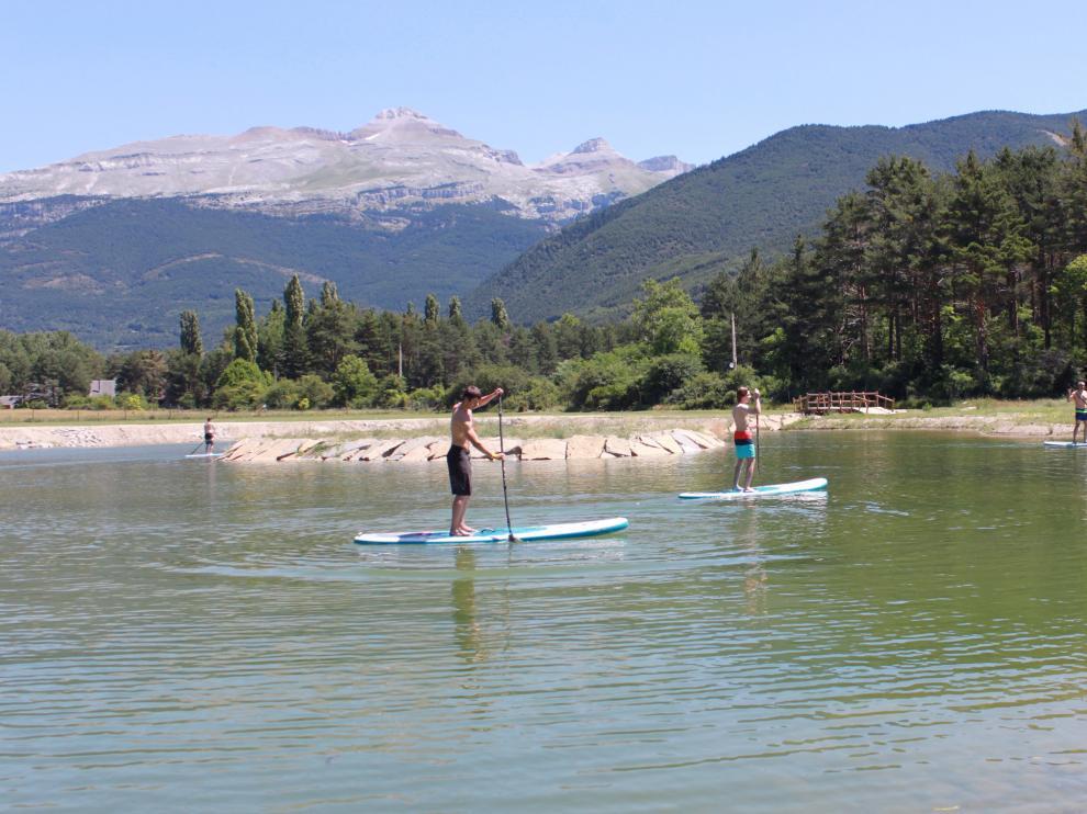 El lago del Ecoparque de Villanúa ya está abierto al público.