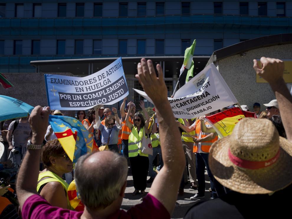 Protestas frente a la sede de la DGT