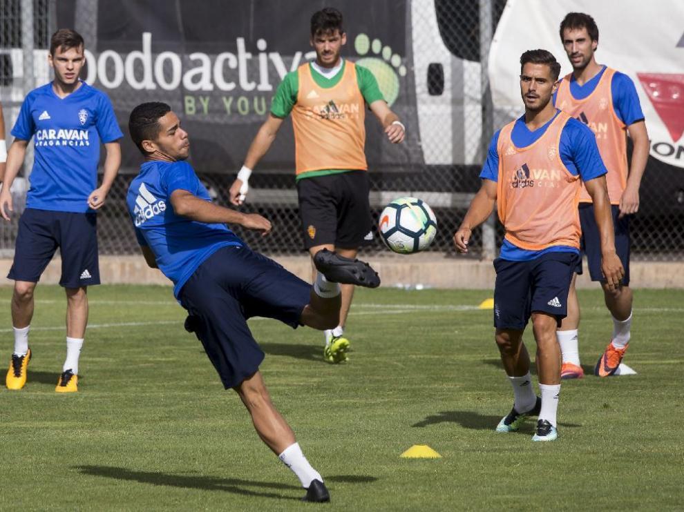 Raí Nascimento golpea el balón de espuela en el entrenamiento matinal de este lunes en la Ciudad Depotiva.