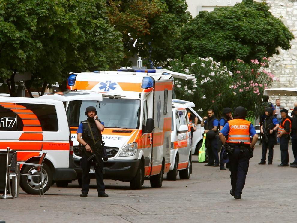 Policías y equipos de emergencias, el lunes, tras el ataque en Schaffhausen.