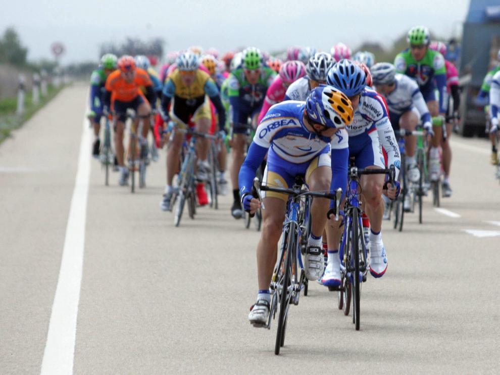 Pelotón en el transcurso de la segunda etapa de la Vuelta a Aragón de 2005, entre Alcañiz y Sabiñánigo, la última que se celebró.