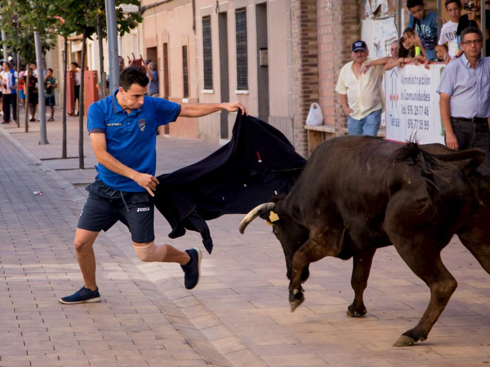 Daniel Fernández, concejal de Ciudadanos en el municipio y recortador, en una de sus maniobras frente a una vaquilla.