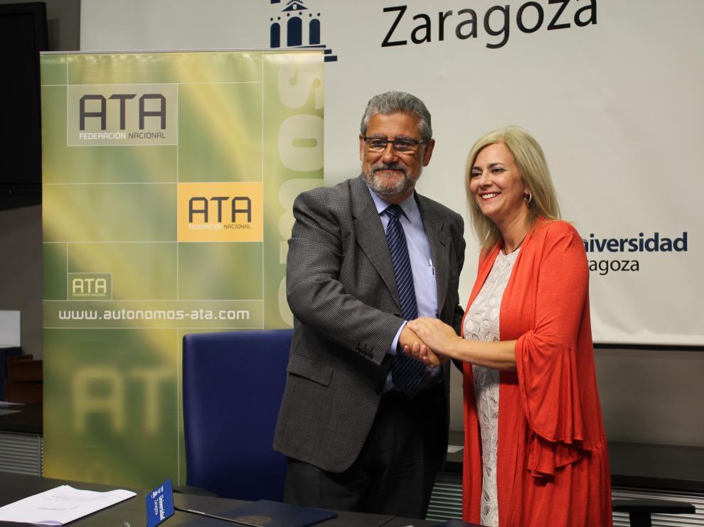 José Antonio Mayoral, rector de la Universidad de Zaragoza, y Mayte Mazuelas, presidenta de ATA Aragón