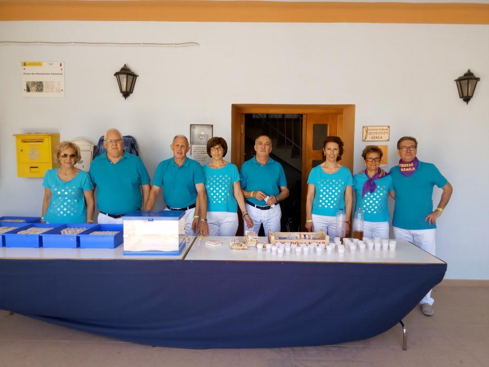 A punto de iniciar el reparto del pan bendito ayer, tras la misa por Santa Ana.