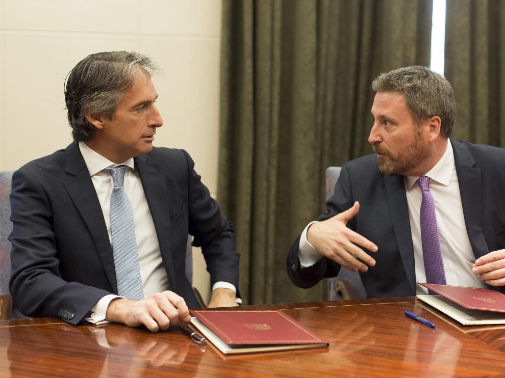 El ministro de Fomento, Íñigo de la Serna, y el consejero de Vertebración del Territorio del Gobierno de Aragón, José Luis Soro, han firmado este miércoles el convenio.